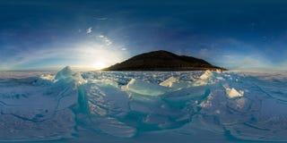 冰贝加尔湖的蓝色小丘在日落的 球状vr 360 180度全景 免版税库存照片