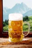 冰镇啤酒大啤酒杯在一个巴法力亚小酒馆 图库摄影