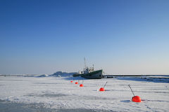 冰阻拦的船 免版税库存照片