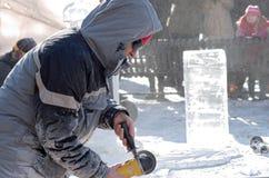 冰雕刻家塑造艺术品在冬天狂欢节 免版税库存图片