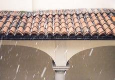 冰雹在房子屋顶的storn细节 图库摄影