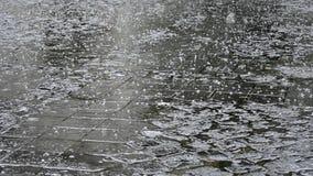 冰雹阵雨在被铺的街道上的 影视素材