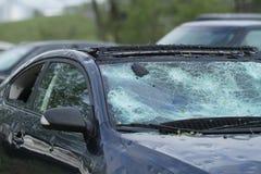 冰雹风暴破坏的汽车 免版税库存照片
