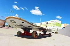 冰鞋公园在城市 溜冰板运动 库存照片