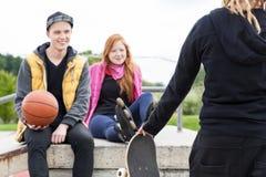 冰鞋公园的青年人 免版税库存图片
