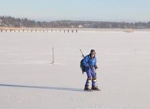 冰鞋的一个人在冻海 库存照片