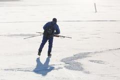 冰鞋的一个人在冻海 免版税库存照片