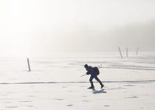 冰鞋的一个人在冻海 图库摄影