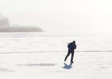 冰鞋的一个人在冻海 免版税图库摄影