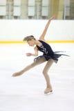 冰鞋竞争的女孩 免版税库存图片