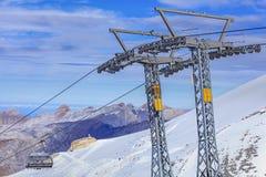 冰飞行物滑雪电缆车 免版税库存照片