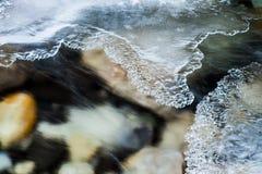 冰,流动的水和岩石在约翰斯顿峡谷,班夫国民 免版税图库摄影