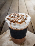 冰冻咖啡冠上与鞭子奶油 免版税库存照片