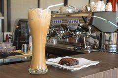 冰冻咖啡和果仁巧克力在木桌上在咖啡馆 免版税图库摄影