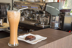 冰冻咖啡和果仁巧克力在木桌上在咖啡馆 免版税库存图片
