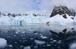 冰洞在南极洲 免版税库存图片