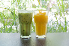 冰绿茶和橙汁 库存图片