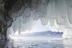 冰洞,贝加尔湖, Oltrek海岛 冬天 免版税库存照片