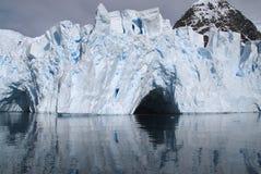 冰洞 免版税库存照片