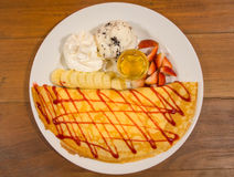 冰creame绉纱用草莓调味汁和香蕉 免版税库存照片