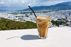 冰frappe雅典镇咖啡和看法背景的 免版税库存照片