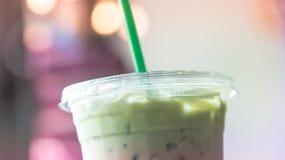 冰matcha在咖啡馆柔和的淡色彩口气的拿铁杯子 库存照片