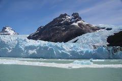冰swalling的岩石 免版税库存照片