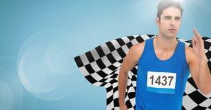 冲刺反对与火光和方格的旗子的蓝色背景的公赛跑者 免版税库存照片