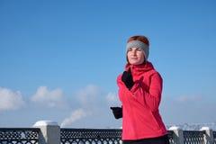 冲刺在冬天培训期间的连续运动员妇女外面在冷雪天气 关闭显示速度和移动 免版税库存图片