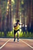 冲刺在自然的户外训练期间的公赛跑者 库存图片
