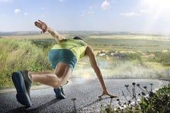 冲刺在马拉松运行的户外培训期间的公赛跑者 免版税库存照片