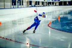 冲刺的男性速度溜冰者在轮滑冰场 免版税图库摄影