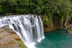 冲在十分瀑布的水被弄脏的行动长的曝光在平溪,新北市,台湾 免版税库存图片