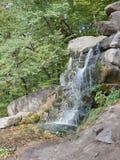 冲在岩石的瀑布 库存图片