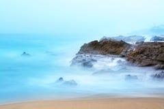冲在礁石的波浪 免版税图库摄影