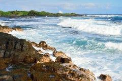 冲对夏威夷的大岛的岸的强的波浪 图库摄影