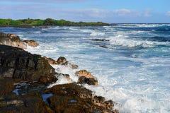 冲对夏威夷的大岛的岸的强的波浪 免版税库存图片