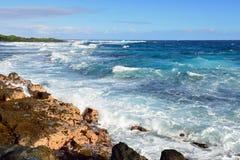 冲对夏威夷的大岛的岸的强的波浪 免版税图库摄影