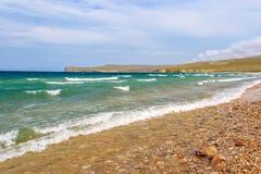 冲对贝加尔湖pebbled岸的小波浪  Olkhon 库存照片
