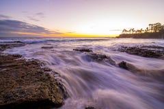 冲往海岸线的水在拉古纳海滩 库存图片
