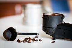 冲洗在厨房用桌上的煮浓咖啡器 过程  免版税图库摄影