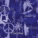 冲浪与冲浪的妇女,棕榈树,和平标志,水橇板的传染媒介加利福尼亚蓝色无缝的样式表面设计 库存照片
