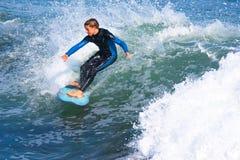 冲浪圣克鲁斯,加利福尼亚的年轻男孩 免版税图库摄影