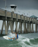 冲浪在一个夏日 免版税库存照片