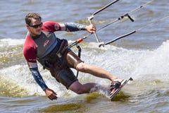 冲浪在俄克拉何马市的湖hefner的风筝 免版税库存图片