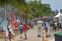 冲浪在努美阿梦想杯的风支持者和爱好者 免版税库存照片