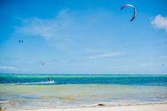 冲浪在博拉凯的风筝 免版税库存照片