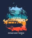冲浪在印度尼西亚海滩的暑假与汽车 免版税库存图片