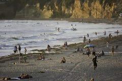 冲浪在和平的海滩在圣地亚哥,加州 免版税库存照片