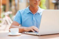 冲浪在咖啡馆的网 免版税库存照片
